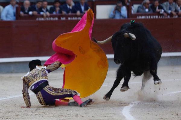 David Galván se hace el quite con el capote ante el cuarto toro después de perder pie