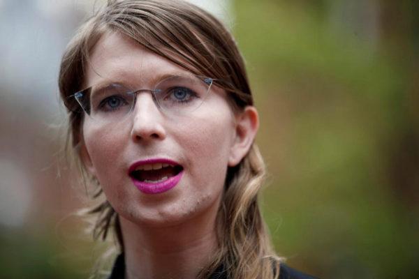 Chelsea Manning llega a declarar ante el juez en Alexandria, Virginia.