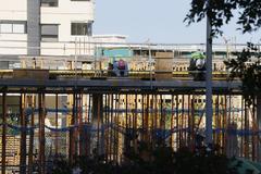 Varios operarios trabajan en la construcción de una promoción de viviendas en la Playa de San Juan.