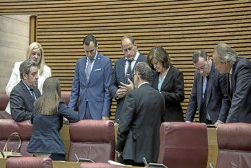 Los parlamentarios de Vox, ayer durante uno de los recesos que hubo entre votación y votación.