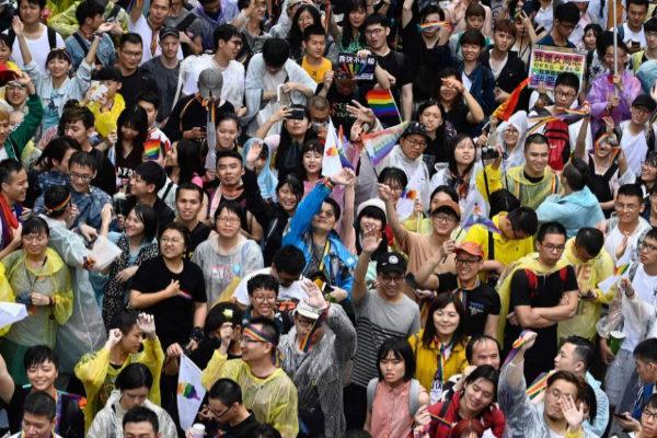Decenas de personas celebran frente al parlamento de Taiwan la aprobación del matrimonio entre personas del mismo sexo.