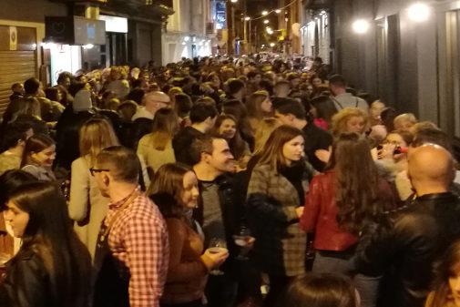 La calle Pare Molina se llena cada fin de semana hasta las diez de la noche.