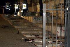 Miembros de la policía científica inspeccionan el lugar donde un hombre ha herido de gravedad con arma blanca a su supuesta expareja, esta noche en la céntrica Plaza de la Libertad de Granada.