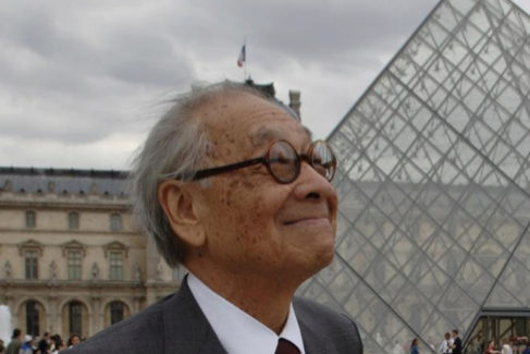 Ieoh Ming Pei en Paris, con la pirámide del Louvre detrás.