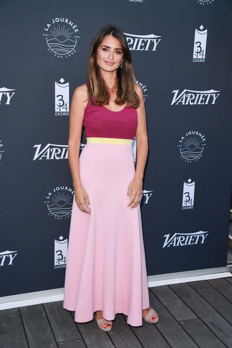 La actriz apostó para su estreno en esta edición de Cannes por un vestido color block de la diseñadora Gabriela Hearts, sandalias rosa palo de Jimmy Choo.
