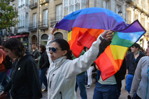 La bandera del arcoiris en una manifestación en Vitoria.