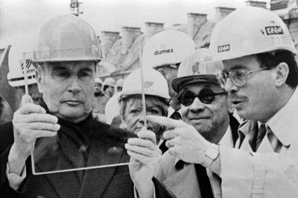Mitterrand, Pei y el empresario Idelson, durante las obras de la Pirámide (1987).