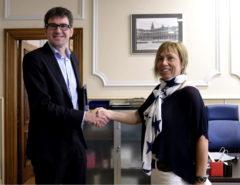 Gorka Urtaran y Miren Larrion se saludan en el inicio de la legislatura municipal en Vitoria.