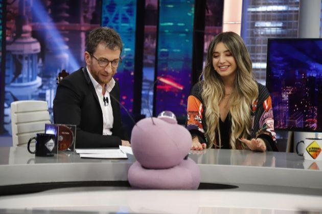 Pablo Motos y Mimi Doblas (Lola Indigo) con Petancas en El Hormiguero en Antena 3, tras las declaraciones de la cantante de OT 2017 sobre los extraterrestres