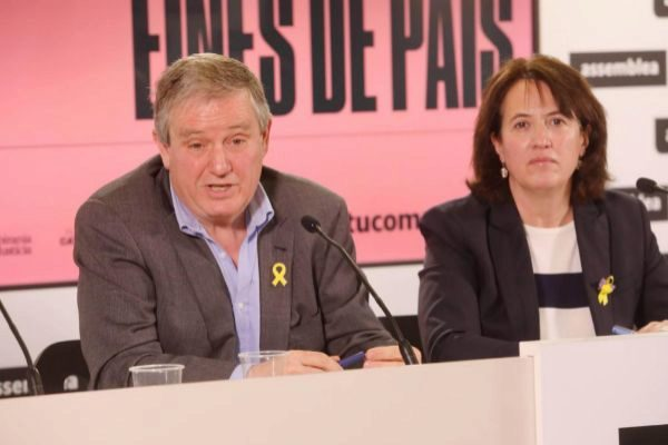 El empresario Jesús Serra, de Ràpid i Segur, con la presidenta de la ANC, Elisenda Paluzie, esta mañana en rueda de prensa.