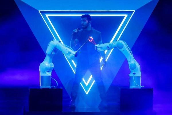 Chingiz sobre el escenario de Eurovisión 2019 con dos robots