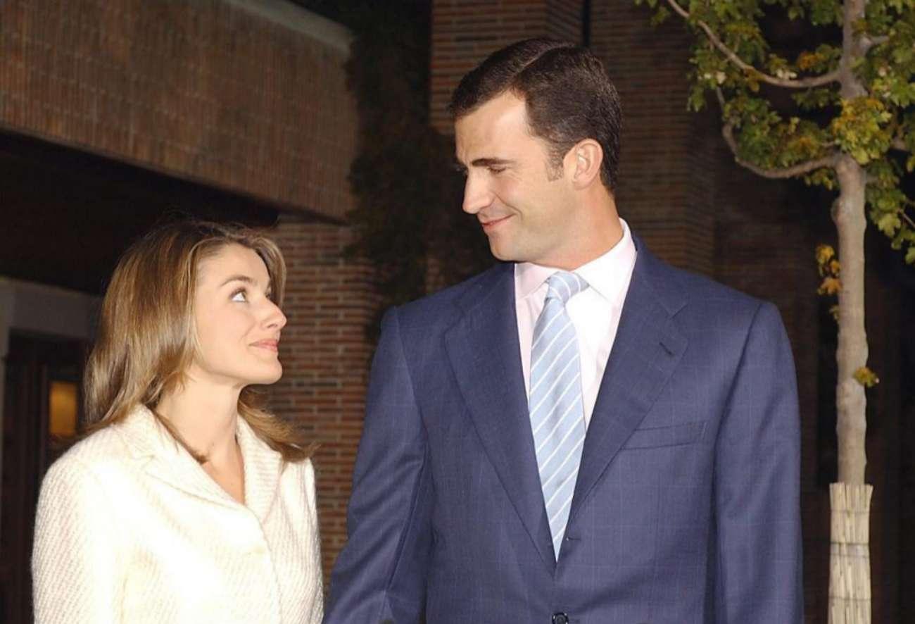 El 3 de noviembre de 2003, dos días después de anunciarse sorpresivamente su compromiso, los prometidos hicieron su primera comparecencia juntos. Fue en los jardines de la residencia del Príncipe, en el recinto del Palacio de la Zarzuela.