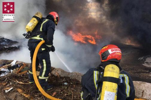 Trabajo de los bomberos, este viernes, en la planta de reciclaje.