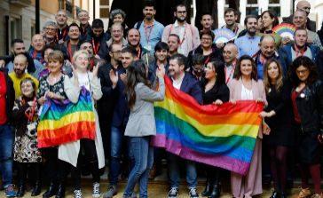 La vicepresidenta del Consell, Mónica Oltra, con colectivos de defensa de los derechos LGTBI, el día en que se aprobó la ley 'trans' en Cortes.