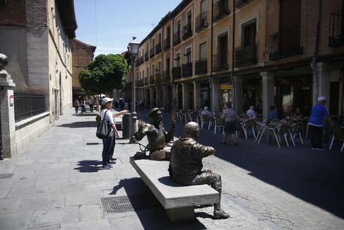 Quijote y Sancho en un banco de la calle Mayor de Alcalá de Henares.