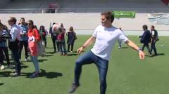 Albert Rivera muestra sus habilidades con un balón de fútbol