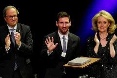 Messi, inmóvil cuando empezaron los aplausos por la independencia