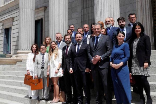 El líder de Vox, Santiago Abascal, posa a la entrada del Congreso...