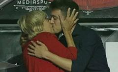Manuela Carmena e Íñigo Errejón se besan en un acto LGTBI