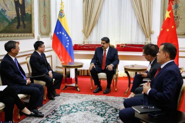 AME3535. CARACAS (VENEZUELA), 16/05/2019.- Fotografía cedida por  que muestra al presidente de Venezuela, Nicolás <HIT>Maduro</HIT> (c), mientras se reúne con Zhao Bentang (2i), director general de América Latina del Ministerio de Relaciones Exteriores de China, este jueves, en Caracas (Venezuela). <HIT>Maduro</HIT> se reunió este jueves con una delegación china encabezada por el director general de la Oficina para América Latina y el Caribe del Ministerio de Relaciones Exteriores de ese país, Zhao Bentang, a propósito de los convenios que mantienen ambas naciones.   SOLO USO EDITORIAL NO VENTAS