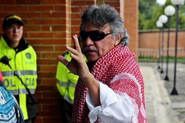 """BOG211. BOGOTÁ (COLOMBIA).- Fotografía de archivo fechada el 6 de diciembre de 2016 que muestra al entonces miembro del equipo negociador de las FARC, Seusis Pausivas Hernández, alias """"Jesús <HIT>Santrich</HIT>"""", a su llegada para una rueda de prensa, en Bogotá (Colombia). El exjefe guerrillero """"Jesús <HIT>Santrich</HIT>"""", quien permanece en una cárcel de Bogotá a pesar de que la Justicia Especial para la Paz (JEP) denegó su extradición a EE.UU. y pidió liberarlo hace dos días, está herido y corre peligro de muerte, denunció este viernes el partido político FARC."""
