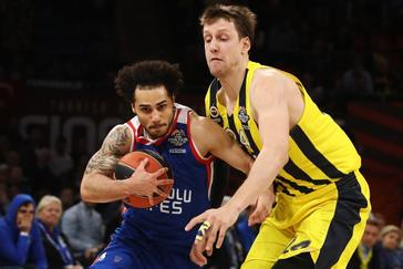 Shane Larkin trata de anotar ante Jan Vesely.