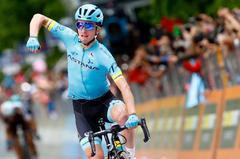Pello Bilbao celebra su victoria en el Giro, este viernes.