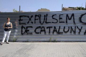 Ángeles Ribes, candidata a la Alcaldía de Lérida por Ciudadanos, junto a una pintada amenazante. El Ayuntamiento las borra en cuanto recibe una denuncia.