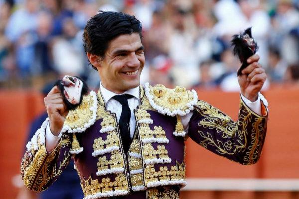 Pablo Aguado paseando dos de las cuatro orejas que cortó en la pasada Feria de Abril.