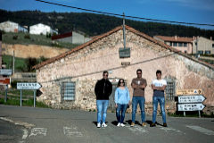 Un grupo de jóvenes que han optado por vivir en un pueblo posa esta semana en Orea (Guadalajara).