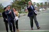 El ex presidente de la Generalitat, Francisco Camps, pasea por una de las calles que albergó el circuito urbano de Valencia, junto a su abogado.