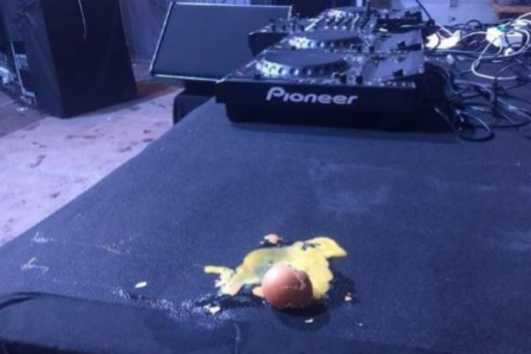 Uno de los huevos lanzados al escenario