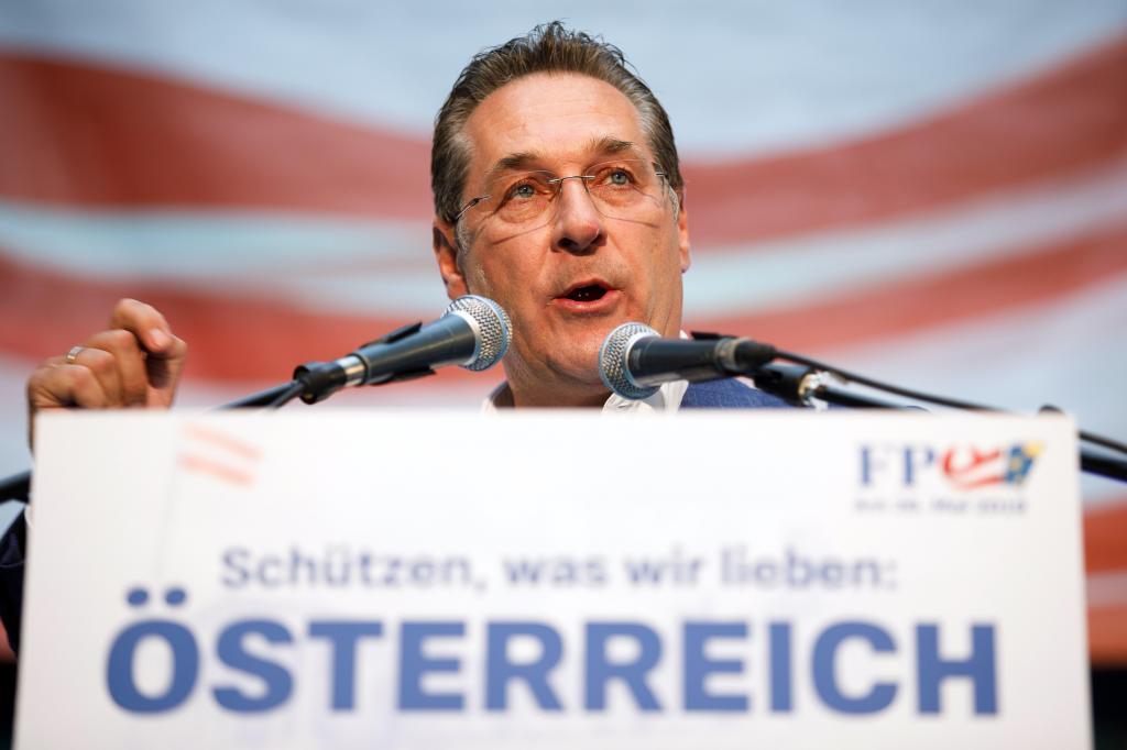 Fotografía de archivo que muestra al vicecanciller austríaco y líder del partido ultranacionalista FPÖ, Heinz-Christian Strache, durante un acto electoral el 26 de abril de 2019.