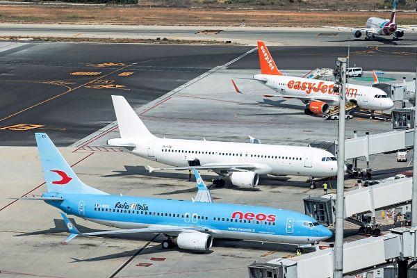Aunque han programado 93.000 nuevas plazas para junio, las aerolíneas han cancelado más de 135.000 asientos en Son Sant Joan.