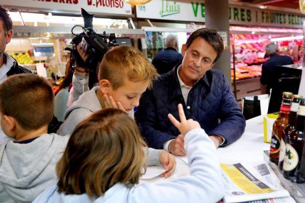 Jordi Soteras Catalunya Barcelona 17/05/2019 El candidato a las municipales por Barcelona Manuel <HIT>Valls</HIT> visita el mercado de Hostafranch para la seccion de Anna Alos Foto Jordi Soteras