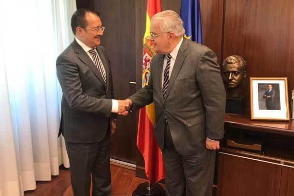 Carlos Fornes en el Tribunal Constitucional con Juan José González Rivas. E.M.