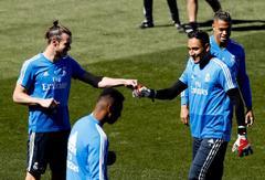 GRAF2814. MADRID.- El delantero galés del Real Madrid Gareth <HIT>Bale</HIT> (i) y el portero costarricense Keylor Navas (d), durante el entrenamiento realizado este sábado en la Ciudad Deportiva de Valdebebas en la víspera del partido de la trigésima sexta jornada de liga que disputa ante el Villarreal mañana en el estadio Santiago Bernabéu.