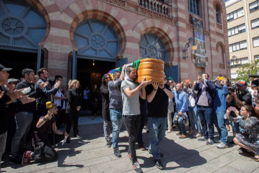 Más de 3.300 personas, según cálculos oficiales, se han despedido entre lágrimas del autor de comparsas y chirigotas del Carnaval de Cádiz,  Juan Carlos Aragón Becerra