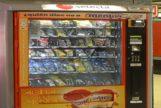Máquina expendedora de bebidas y bollería industrial, prohibida en los colegios.