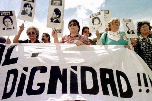 Familiares de prisioneros desaparecidos se manifiestan en los terrenos de Colonia Dignidad, en 1997.