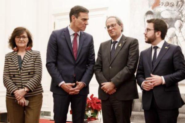Carmen Calvo, Pedro Sánchez, Quim Torra y Peré Aragonés posan juntos antes de la cumbre de Pedralbes, el pasado mes de diciembre.