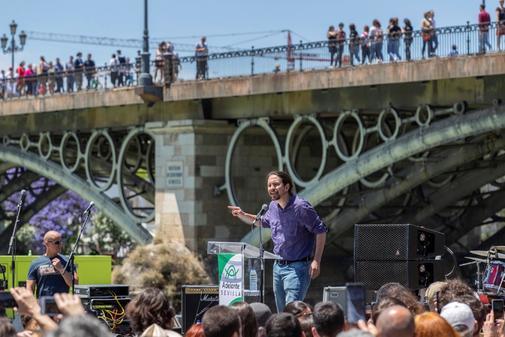Pablo Iglesias pincha en Sevilla y Kichi le da la espalda