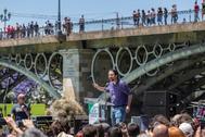 Pablo Iglesias, durante el mitin en Sevilla, junto a la orilla del Guadalquivir, junto al puente de Triana.