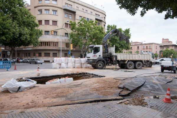 Desalojan un edificio por la rotura de una tubería de Emaya
