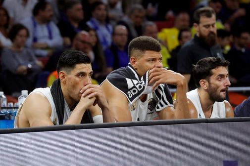 """GRAF2988. <HIT>VITORIA</HIT>.- (i-d) Los jugadores del Real Madrid Gustavo Ayón, Eddy Tavares y Facundo Campazzo, en los segundos finales de la segunda semifinal de la """"Final a cuatro"""" de la EuroLiga que Real Madrid y CSKA Moscú disputan esta tarde en el pabellón Fernando Buesa Arena de <HIT>Vitoria</HIT>."""