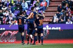 Los jugadores del Valencia felicitan a su compañero Rodrigo Moreno tras marcar el primer gol de su equipo ante el Valladolid.