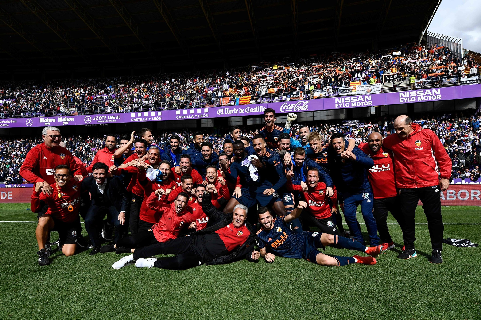Los jugadores y el cuerpo técnico del Valencia celebran su clasificación para la próxima edición de la Champions League en Zorrilla