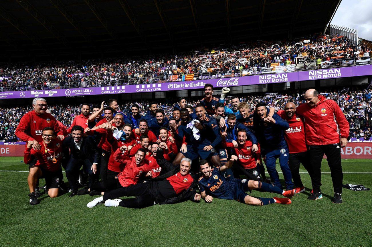 Los jugadores y el cuerpo técnico del Valencia celebran su...