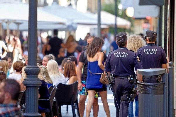 Policía Local patrullando la calle Castaños, zona del 'tardeo'.