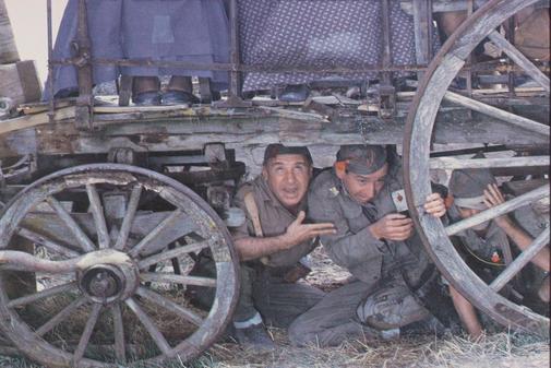 Alfredo Landa y José Sacristán orinados por las mujeres del pueblo en una escena de 'La vaquilla'.